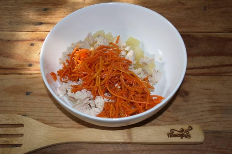 Морковку по-корейски порежьте кусочками, удобными для употребления. Если нет времени, опустите этот момент.