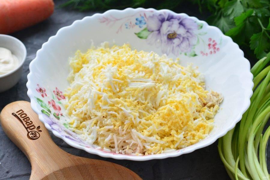 Отварные яйца почистите и натрите на терке, всыпьте в салат.