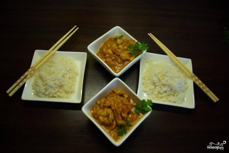Подаем курицу карри с отваренным рисом. Приятного аппетита!