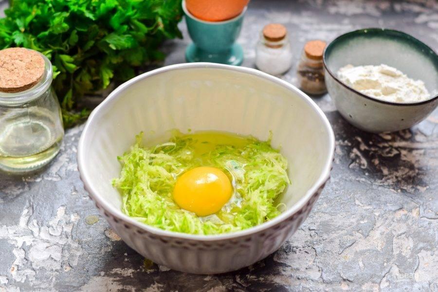 К кабачку добавьте куриное яйцо.