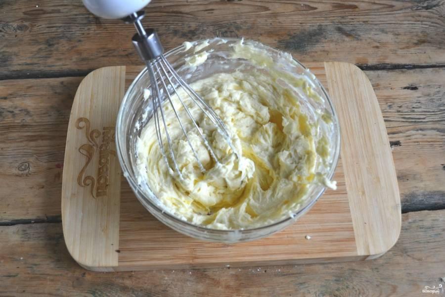Приготовьте крем. В глубокой миске смешайте сливочное масло и сгущенку. Взбейте миксером до однородного состояния.