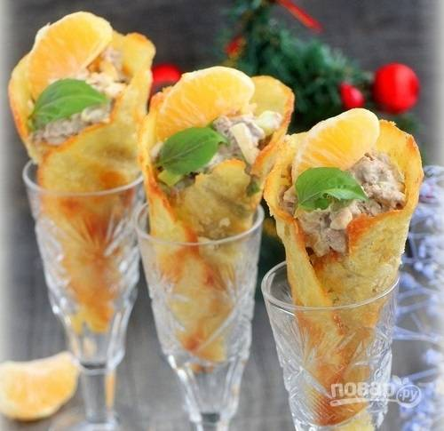 6.Украшаю целыми дольками мандарина и подаю к столу. Приятного аппетита!
