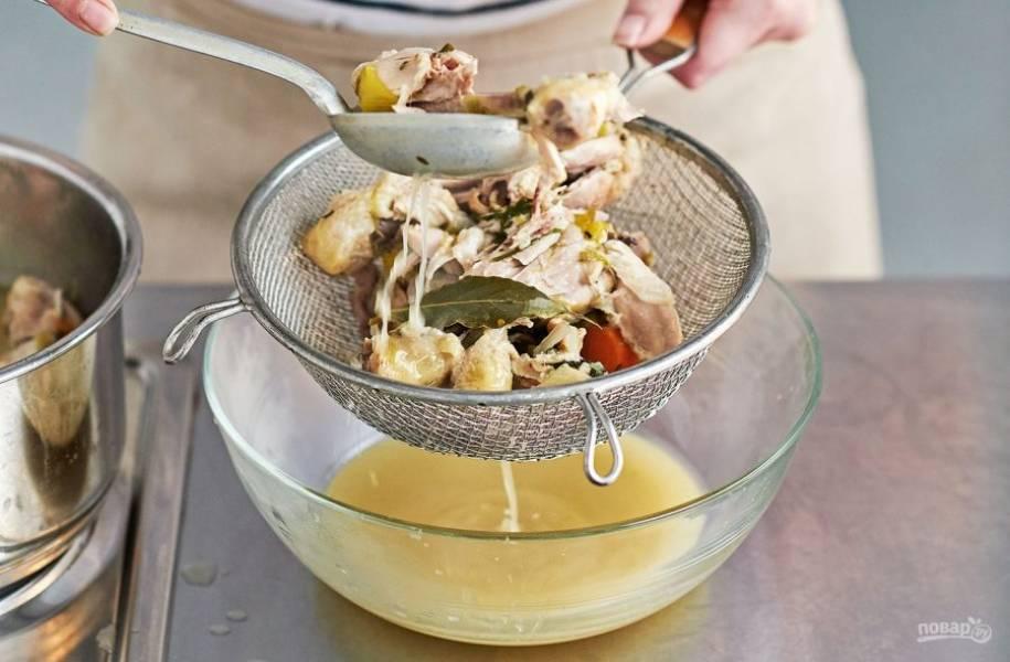 3. Процедите бульон от мяса и овощей.
