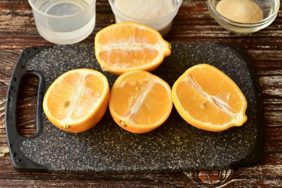 Вымойте лимоны и разрежьте их пополам.