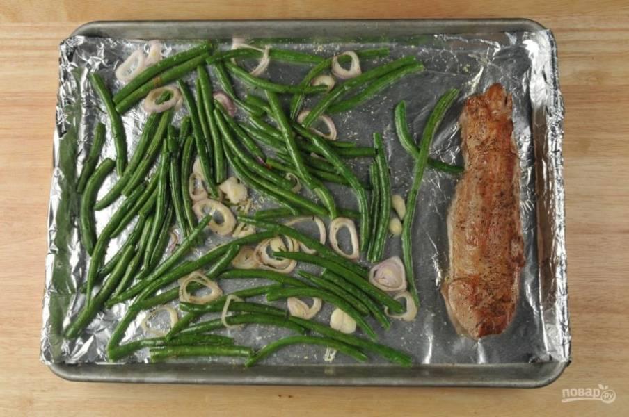 3. Тем временем на сковороде разогрейте масло. Обжарьте в нём свинину с обеих с торон по 3 минуты до золотистой корочки. Затем переложите мясо на противень к овощам.