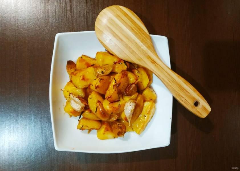 Отправьте картофель в разогретую до 200 градусов духовку на 15-20 минут. Подавайте в горячем виде.