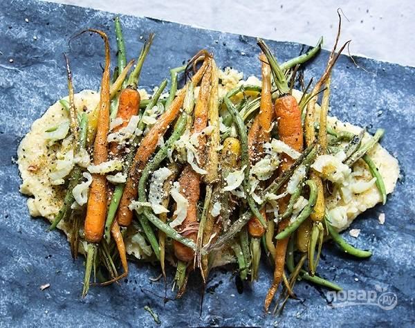 5. Вот такая аппетитная полента с овощами получилась. Сверху можно присыпать перцем и кунжутом по желанию. Приятного аппетита!