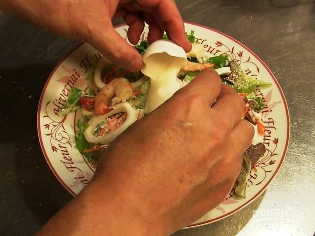 6.Для сервировки блюда: выкладываю удон, затем вымытые и высушенные листья салата, раскладываю черри и морковь, кольца кальмара и креветки. Посыпаю блюдо тертым пармезаном, поливаю соусом и в центр выкладываю яйцо, выливая его содержимое.