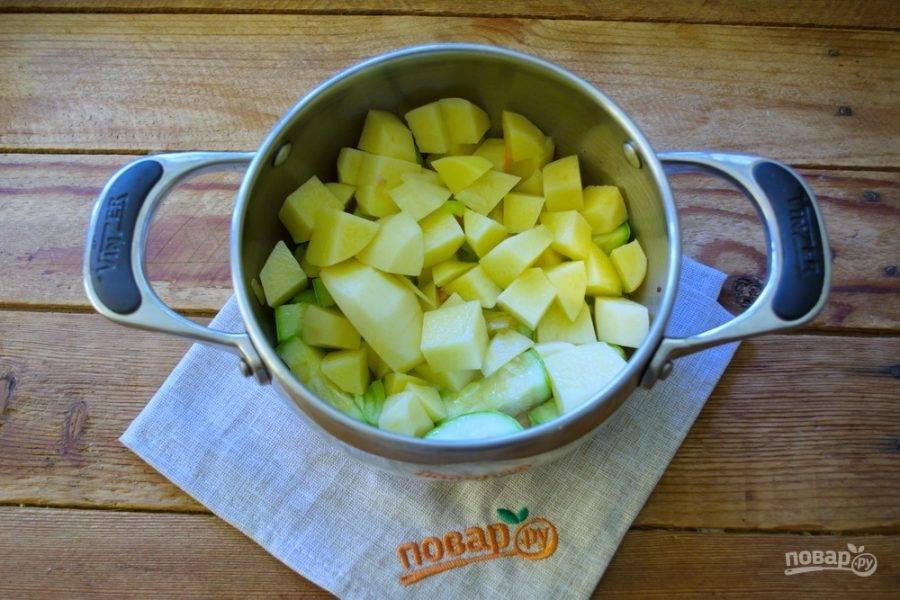 К обжаренным овощам добавьте нарезанный картофель.