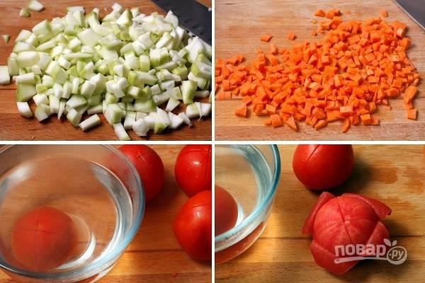 1. Кабачки, морковь и лук очистите и нарежьте небольшими кубиками. Помидоры залейте кипятком на пару минут, чтобы удобнее было очистить от кожуры, и тоже измельчите.
