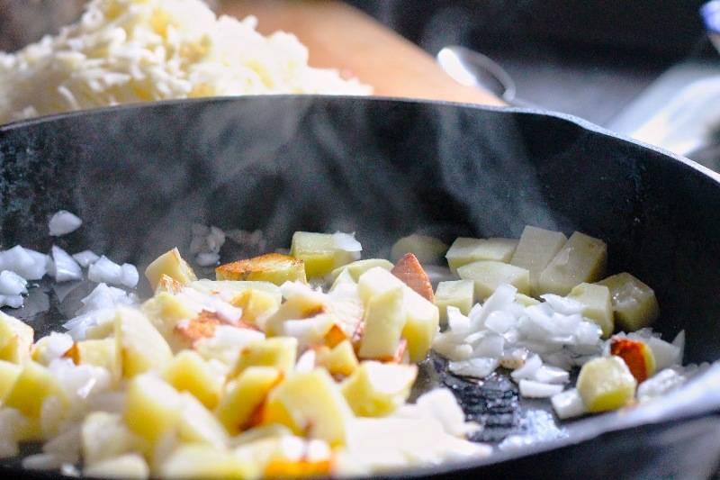 Картофель порежьте кубиками и обжарьте до золотистого цвета.