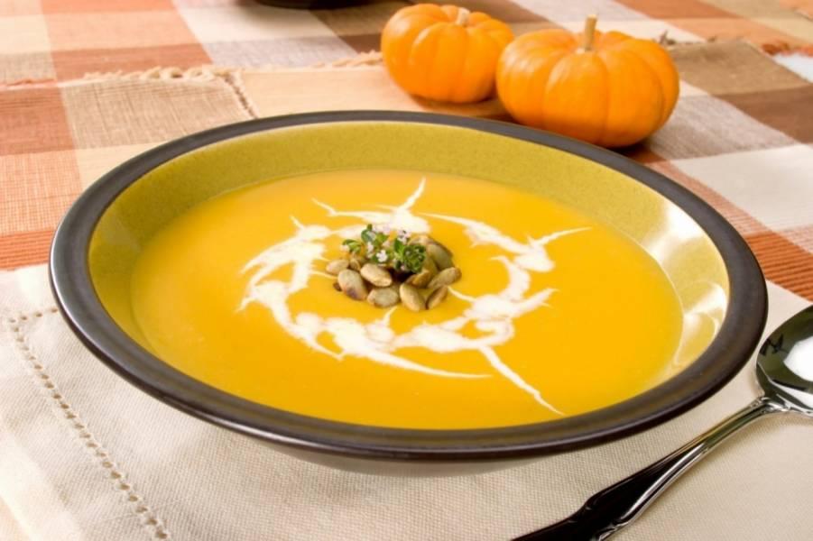 3. Если подаете самым маленьким, то больше ничего не нужно. А если готовите для деток постарше, обязательно украсьте этот цветной суп сметанкой!
