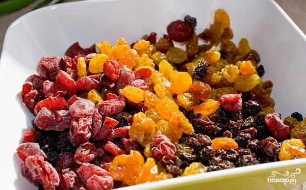 3. Подготовьте сухофрукты, цукаты, сушеные ягоды и прочие добавки, которые вы используете для выпечки. Можно предварительно их промыть и обсушить на бумажном полотенце.