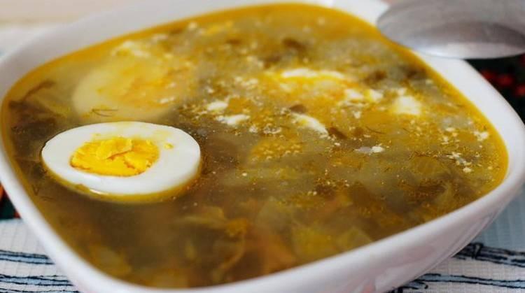 Щавелевый супчик готов! Подаем его с разрезанным на половинки яйцом, сваренным вкрутую. Приятного аппетита!