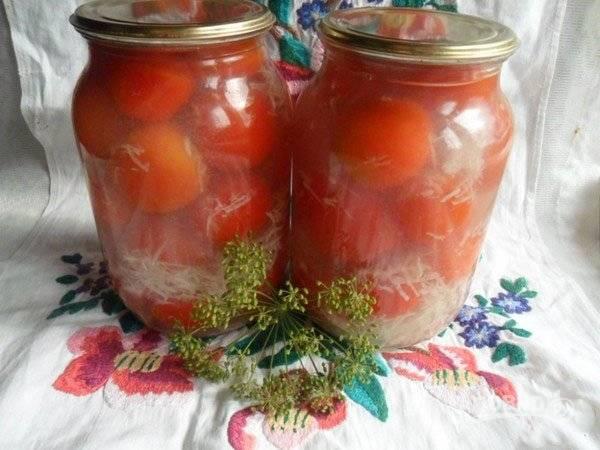 Сделайте маринад. Воду доведите до кипения с солью и сахаром. Потом в него влейте уксус. Залейте маринад к помидорам. Закройте банки стерилизованными крышками. После остывания пробуйте.