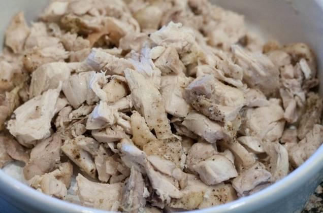 Куриное филе доводим до готовности любым способом (можно отварить, запечь или пожарить - как хотите). Нарезаем на небольшие кусочки.