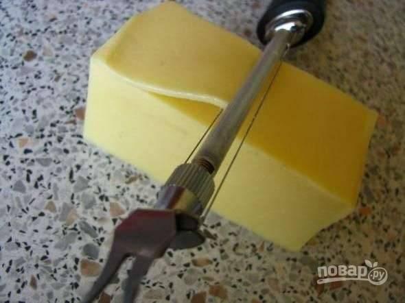 9.Твердый сыр нарезаю тонкими пластинками.