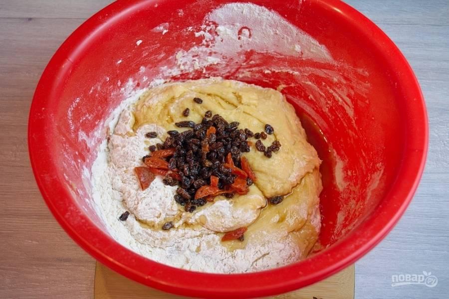 Когда тесто поднимется, добавьте изюм с другими сухофруктами. Остатки коньяка тоже добавьте в тесто. Добавьте 100 г муки. Перемешайте. Смешивать нужно руками. Особо не усердствуйте. Просто перемешайте все аккуратно, сформируйте шар.