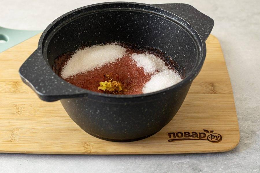 Соедините яблочное и сливовое пюре. Добавьте сахар, измельченный имбирь, гвоздику и корицу.