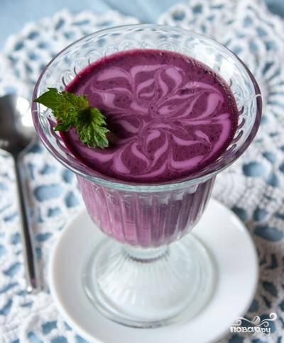Размешиваем смесь и разливаем ее по стаканчикам или в другую посуду для желе. Ставим в холодильник, часа через 2-3 желе застынет и его можно будет подавать к столу.