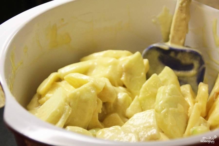 смешайте в одной миске яблоки, муку, взбитый с сахаром яйца, ром, ванилин и растопленное сливочное масло, посолите.