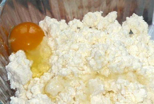 3. Отделите белки от желтков и отправьте желтки к творогу. Перетрите всю массу вилкой.
