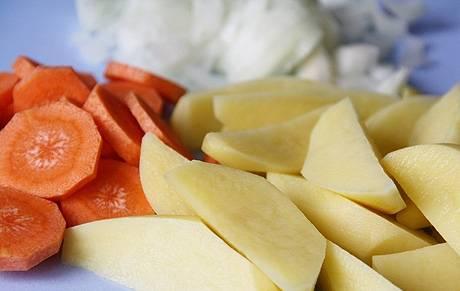 Подготовим овощи. Картофель нарезаем кубиками, лук и перец болгарский - полукольцами, острый перец - мелкими кусочками, морковь - кружочками, а с помидоров снимаем кожицу.