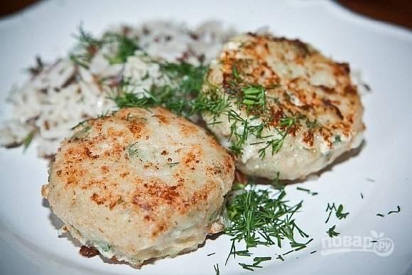 Обжарьте изделия с обеих сторон в течение 5 минут с каждой. Добавьте к готовому блюду укроп. Приятного аппетита!