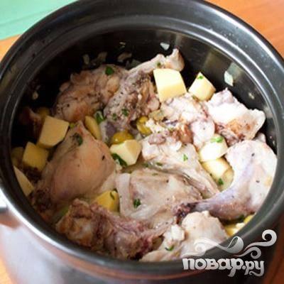 5.Перекладываем к крольчатине в горшочек. Добавляем лимонный сок, картофель, цедру, перец, оливки, соль и вино. Накроем крышкой и поставим в духовку. Тушим примерно часа полтора, температура 160 градусов.