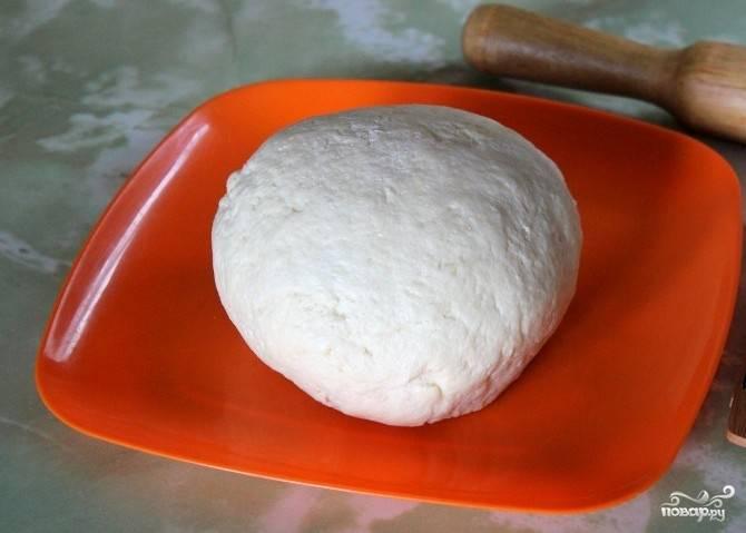 Замесите эластичное тесто, уберите его на полчаса в холодильник в закрытом контейнере, а после приступайте к готовке пирожков.