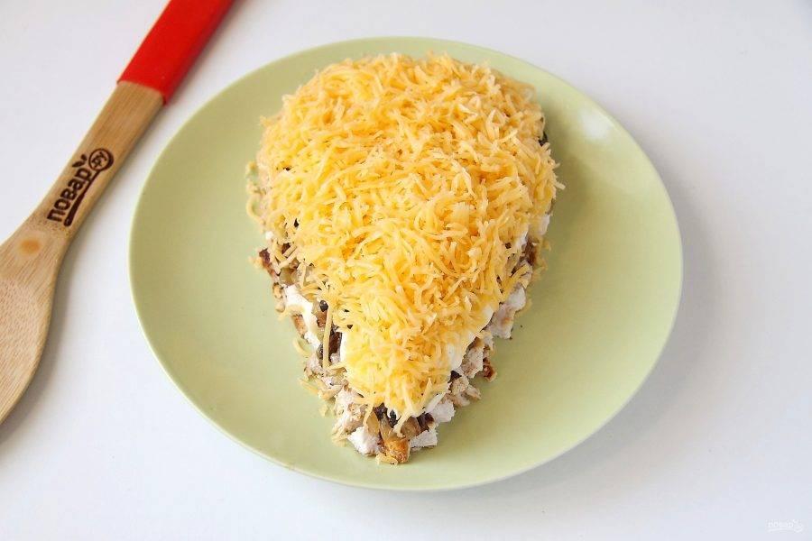 Сверху распределите обжаренные грибы с луком, смажьте слегка майонезом и выложите следующий слой - тертый сыр.