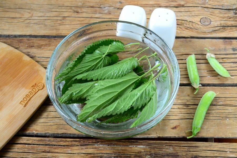 Пока варятся овощи, крапиву промойте, сложите в глубокую миску и залейте кипятком на 5-7 минут.