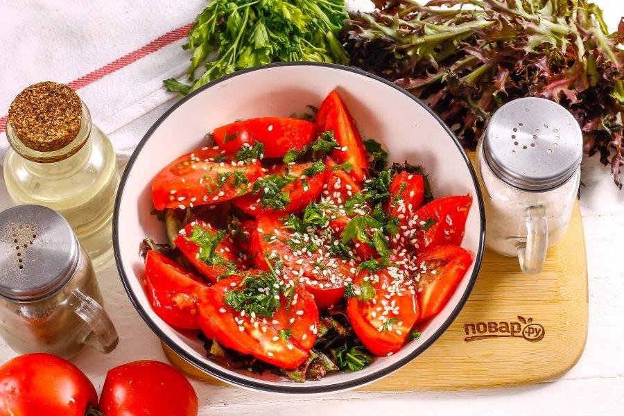Посолите и поперчите салат. Добавьте семена кунжута и влейте растительное масло. Лучше всего использовать оливковое холодного отжима.