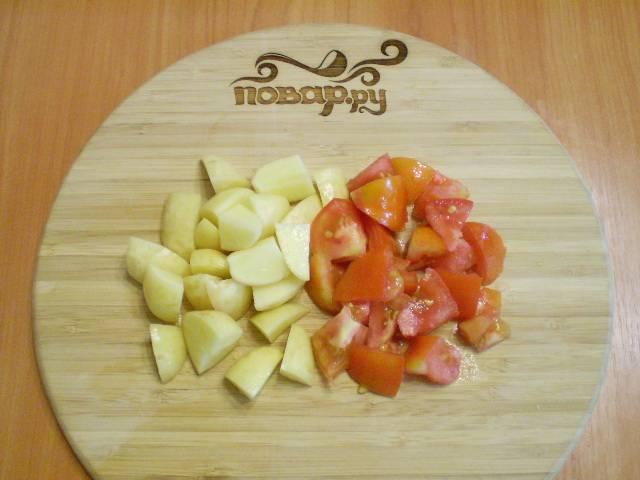 Картофель и помидор порежьте дольками или крупными кусочками.