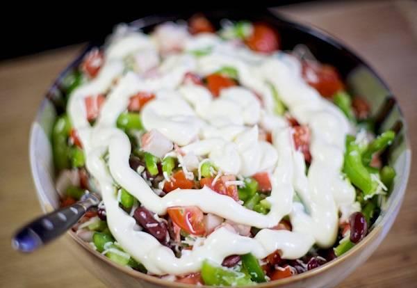 7. Осталось заправить майонезом или сметаной по вкусу. Также можно добавить немного горчицы, щепотку перца или соли.