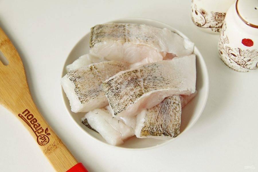 Рыбу разделайте на филе и нарежьте порционными кусочками.
