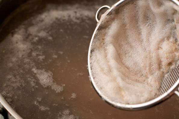 2. После закипания убирайте пену шумовкой. Параллельно очистите луковицу, морковь, вымойте корень сельдерея и при желании другие овощи, которые, по вашему мнению, дополнят бульон.