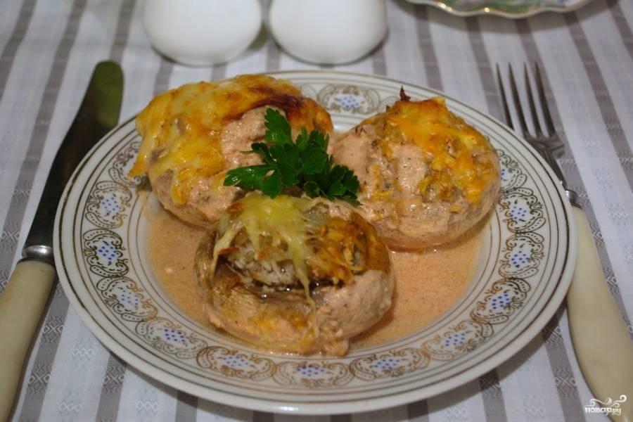 Подайте запеченные грибы с фаршем в духовке к столу.