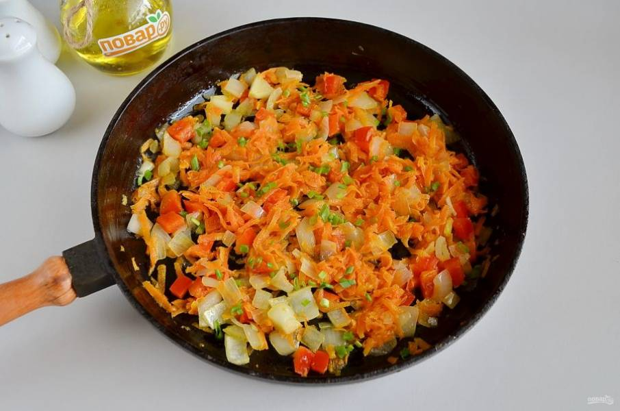 3. На растительном масле обжарьте чеснок. Как только  он отдаст свой аромат, уберите его со сковороды, на чесночном масле пожарьте лук и морковь до полуготовности, после добавьте перец, еще пару минут жарьте и снимите с огня. Добавьте в самом конце зелень. Соль и специи по вкусу.