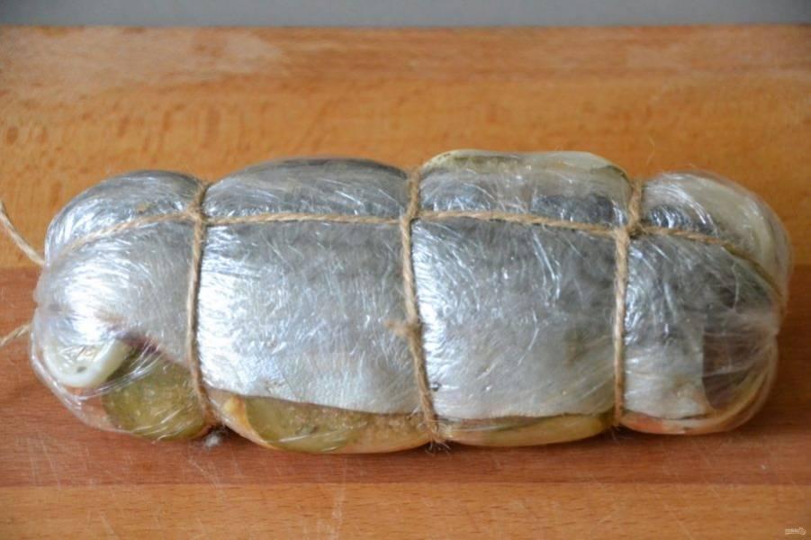Обвяжите шпагатом. Положите рыбу в кипящую воду на 20 минут с момента закипания.