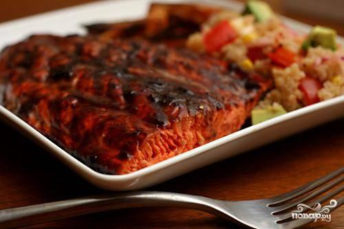 Жареный лосось с черничным соусом