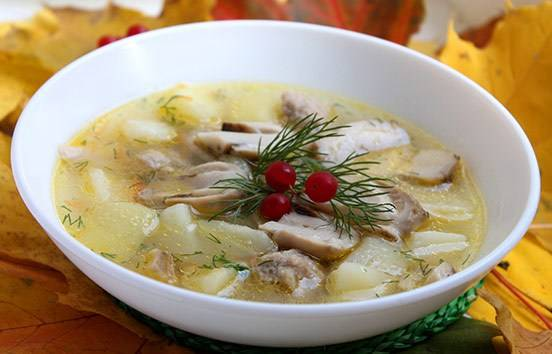 Даем супу пару минут настояться под крышкой и уже потом разливаем его по тарелкам и подаем к столу. Приятного аппетита!