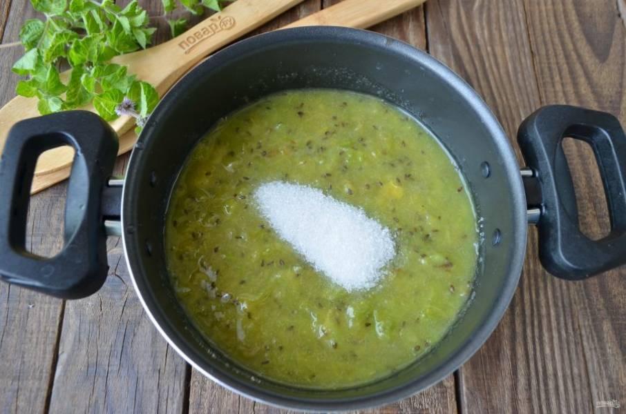 Переложите измельченную массу в антипригарную кастрюлю, добавьте сахар и варите джем 15-20 минут. Периодически помешивайте лопаткой.