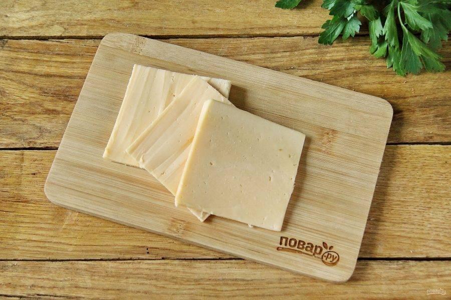 Сыр нарежьте примерно по размеру хлеба.