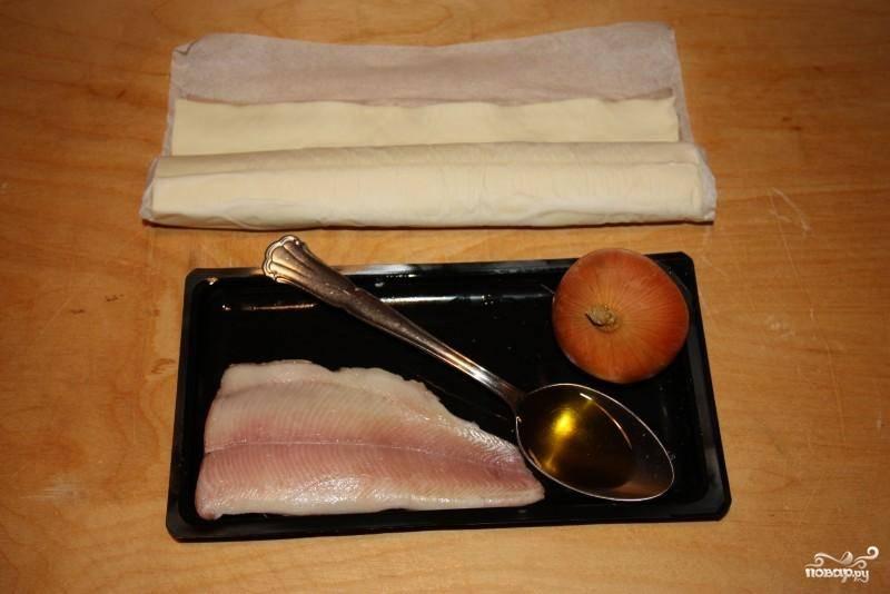 Для приготовления пирожков с рыбой из слоеного теста я использую уже готовое тесто, которое без труда покупаю в любом магазине. Его необходимо заранее разморозить. Рыбку промойте и подготовьте.