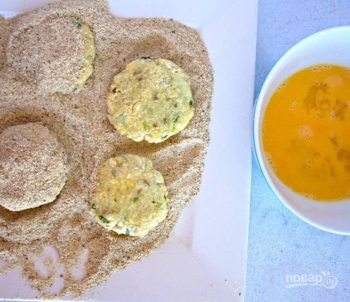 4.В миску разбейте куриные яйца, а на разделочную доску выложите панировочные сухари. Сформируйте котлеты из фарша и обваляйте сперва в яйце, затем — в сухарях.