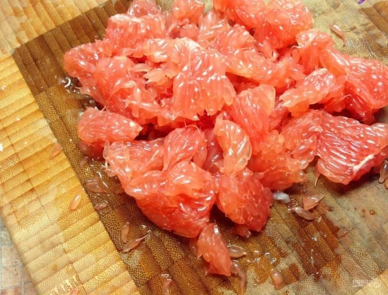 2. Грейпфрут нужно очистить, оставив одну мякоть. Нарезаем ее также на части и отправляем к курице.