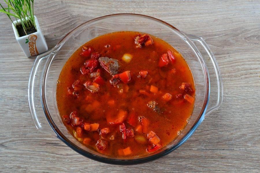 Влейте кофе и пиво. Долейте еще немного воды, чтобы получилась консистенция супа. Варите суп на медленном огне 1-1,5 часа под крышкой, пока и мясо, и все овощи не станут мягкими.
