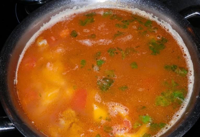 Отправляем зажарку к картошке, затем и мясо. Варим до готовности, в конце бросаем зелень и специи. Наш чудесный суп с картошкой и говядиной готов! Приятного аппетита!
