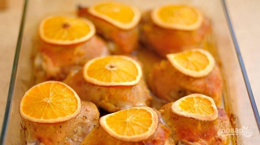 Разогрейте духовку до ста восьмидесяти градусов. Накройте блюдо с курицей крышкой или заверните фольгой. Затем поставьте его в духовку и запекайте сорок минут.